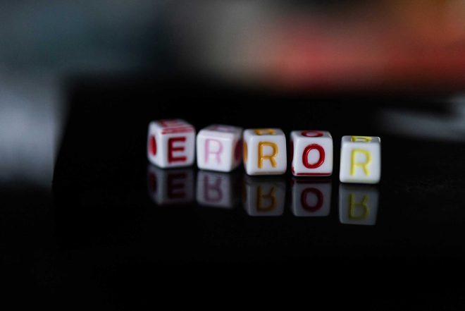 ERROR gespeld met letterblokjes