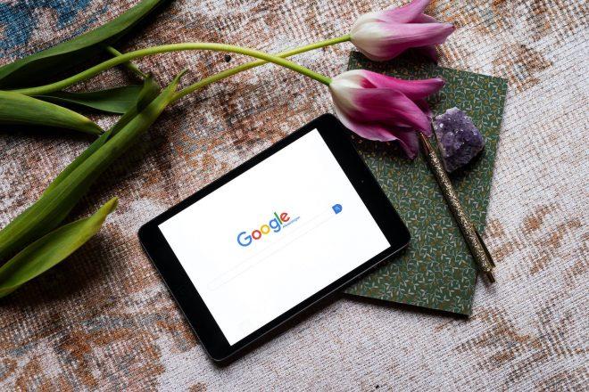 Een tablet met Google Afbeeldingen open