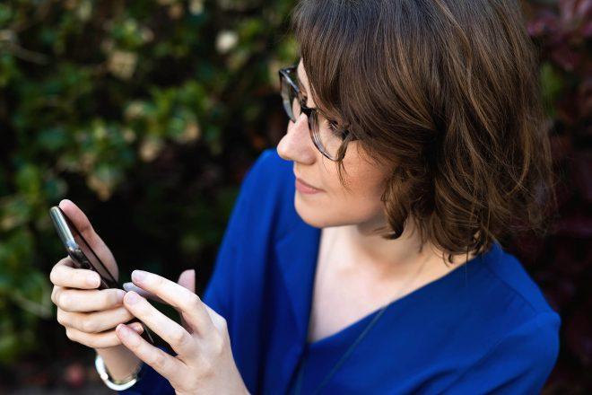 Linsey van Brander & Brander bekijkt mobieltje