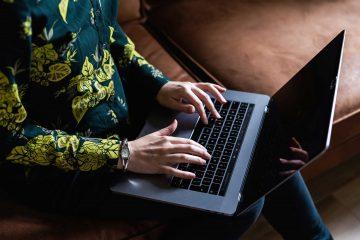 typen op laptop